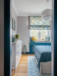 Интерьерная идея для весеннего настроения в маленькой спальне