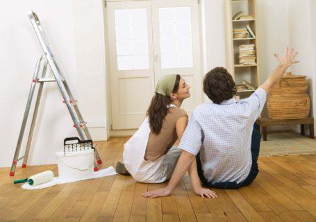 муж и жена проектируют пространство своего дома