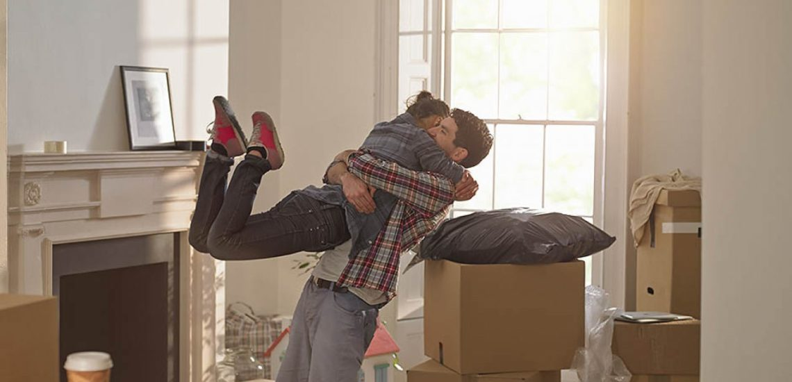 девушка и молодой человек радуются по случаю переезда в новую квартиру