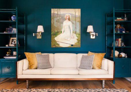темно-синяя стена белый диван текстиль
