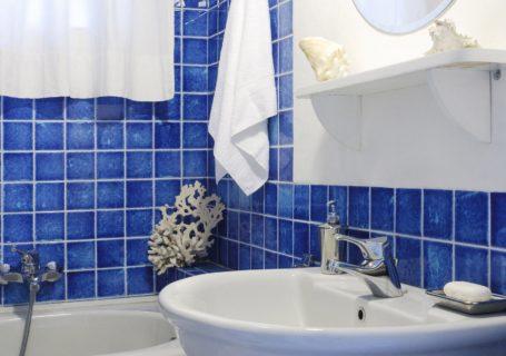 синяя ванная с белым декором