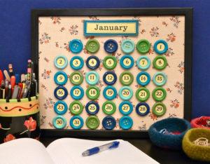 Календарь из пуговиц — каждому дню свой цвет