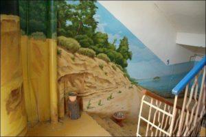 необычный подъезд, роспись на стене