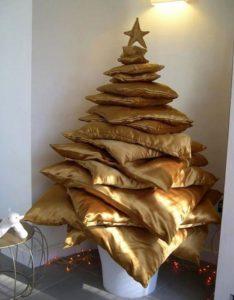 елка из подушек