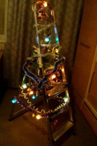 креативная елка из стремянки