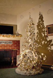 елка из строительных материалов