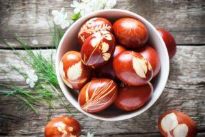 Полученный отвар процедите и перелейте в емкости, в которых удобно поместить яйца.