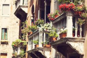 Европейские идеи для небольшого балкона