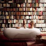 Необычные дизайны ванных с книжными полками