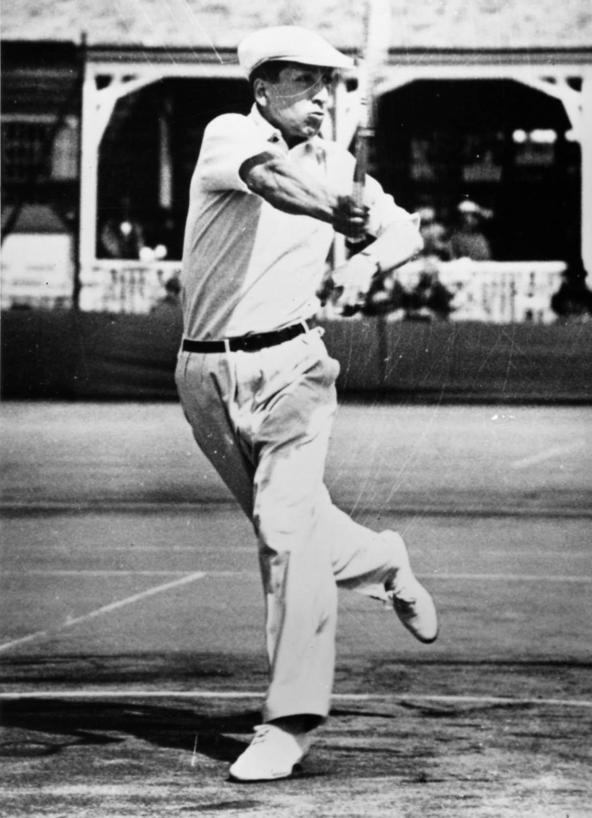 Жан Рене Лакост в рубашке-поло из ткани пике
