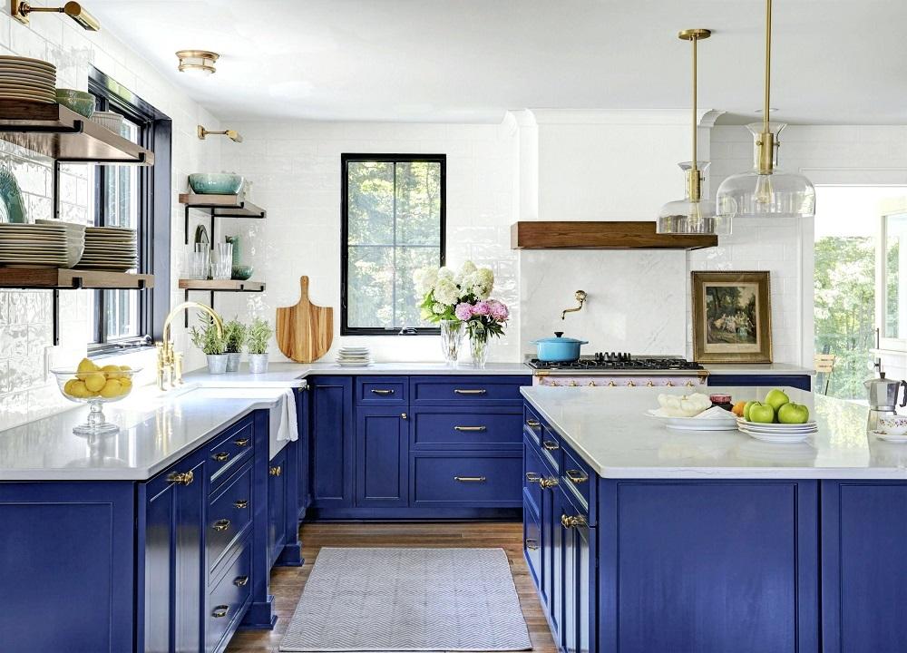 Синий и золотой в интерьере кухни