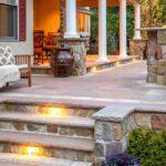 Красивое крыльцо дома на даче: 10 идей для уютной входной группы