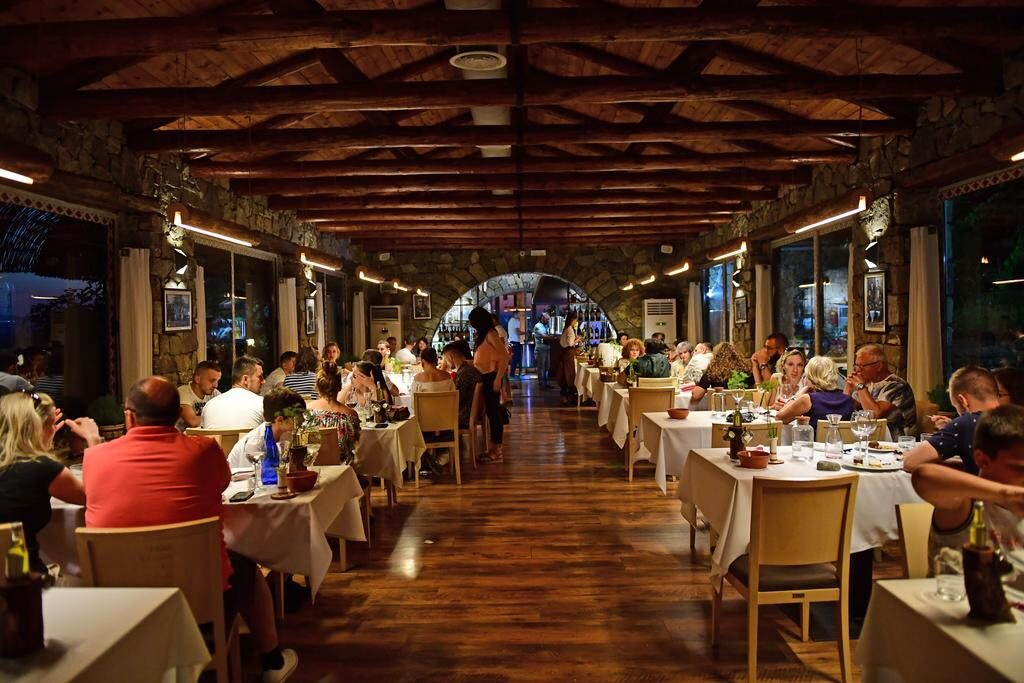 Интерьер ресторана в стиле рустик