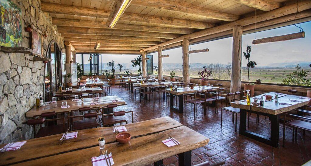 Панорамные окна в ресторане