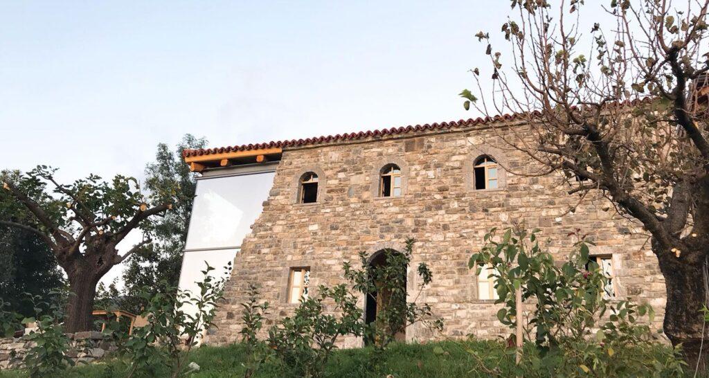 Деревенский дом с необычной архитектурой