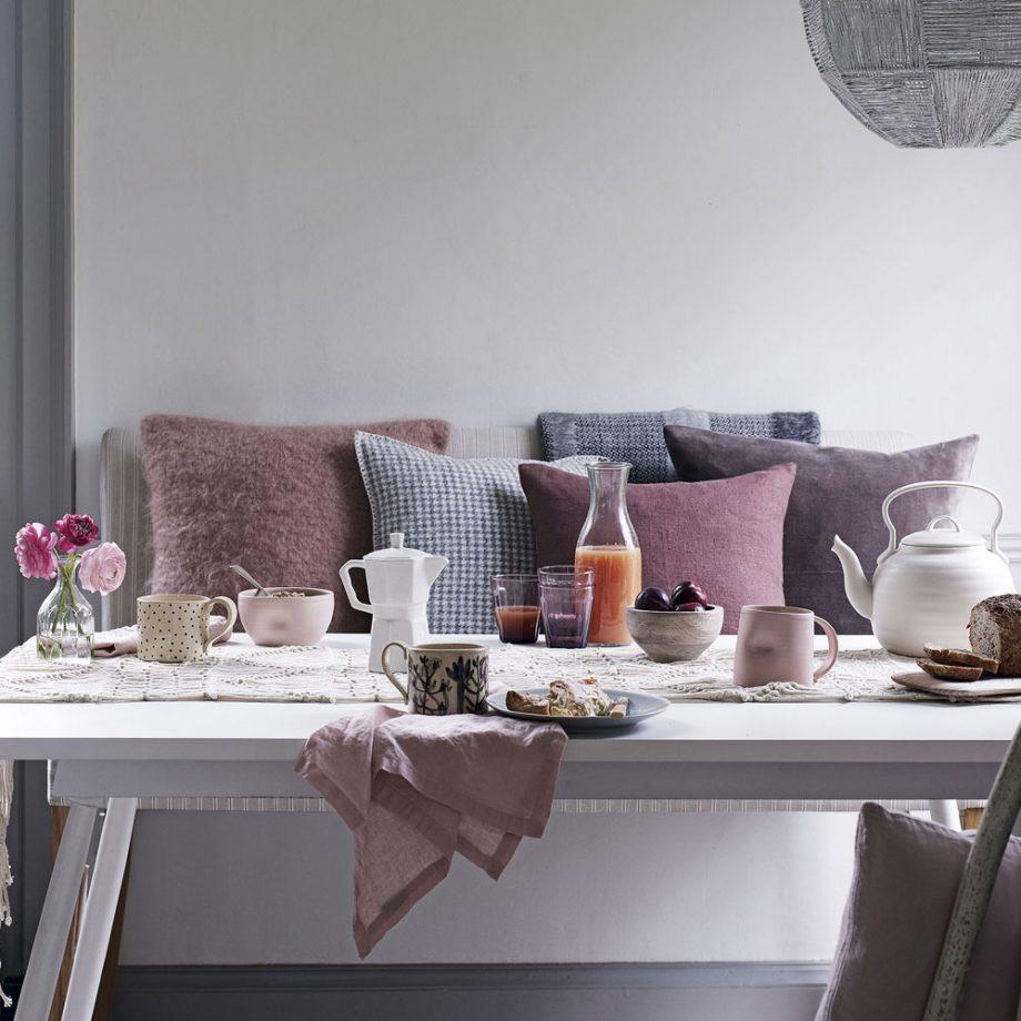 Розовый и пурпурный в интерьере столовой