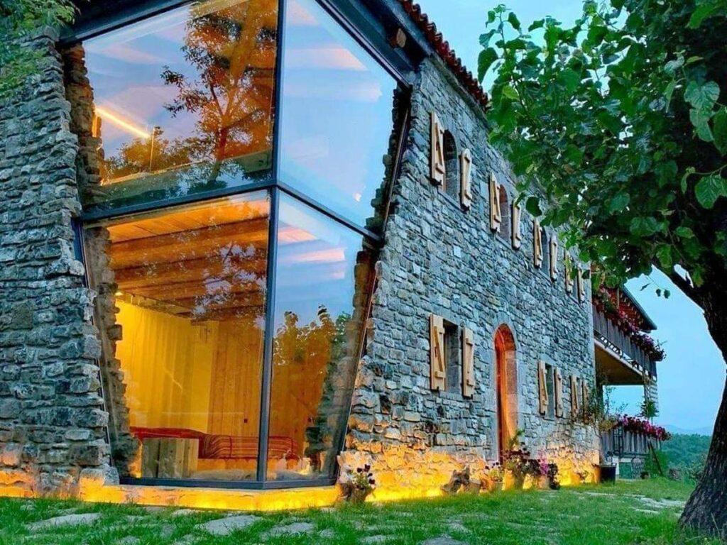 Фасад гостевого дома в Албании