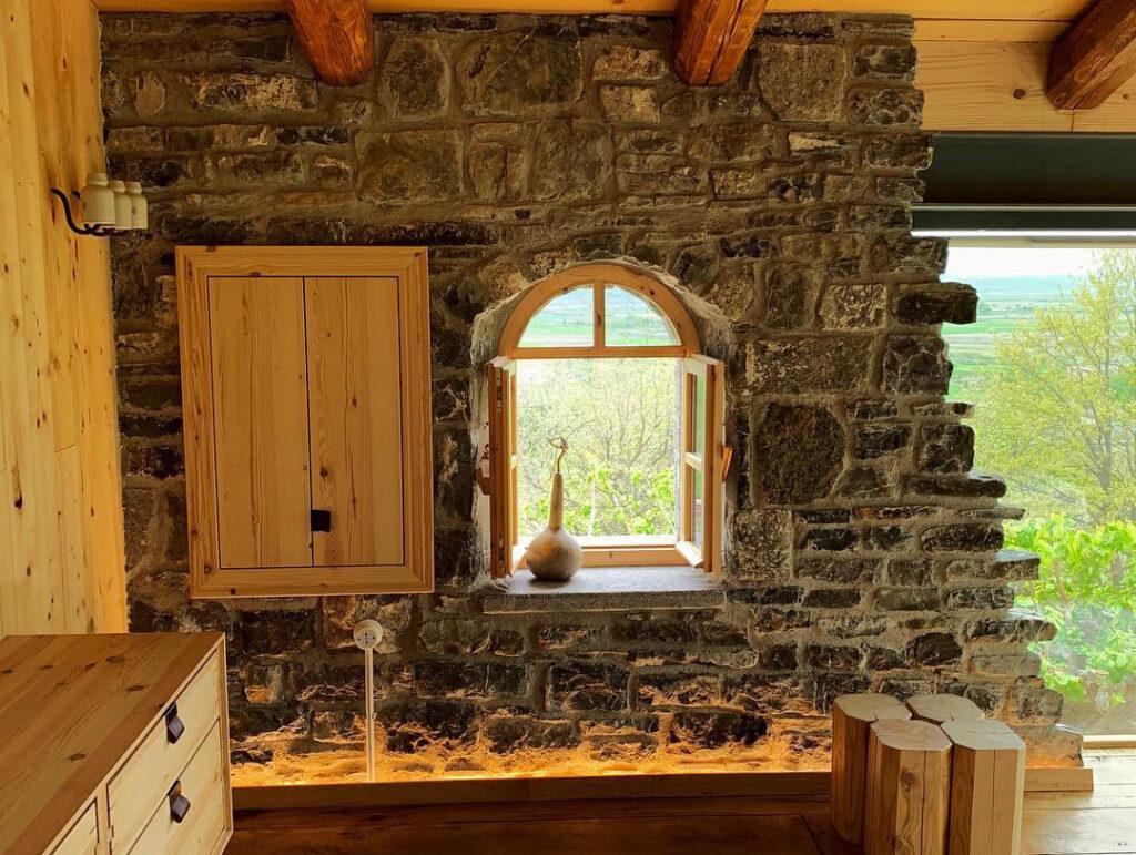 Интерьер необычного деревенского дома