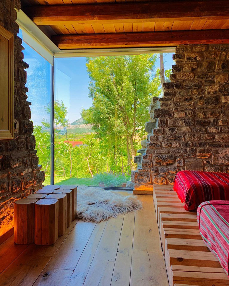 Интерьер спальни с большим окном