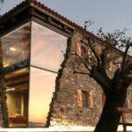 Архитектура современного деревенского дома: необычное сочетание стекла и камня