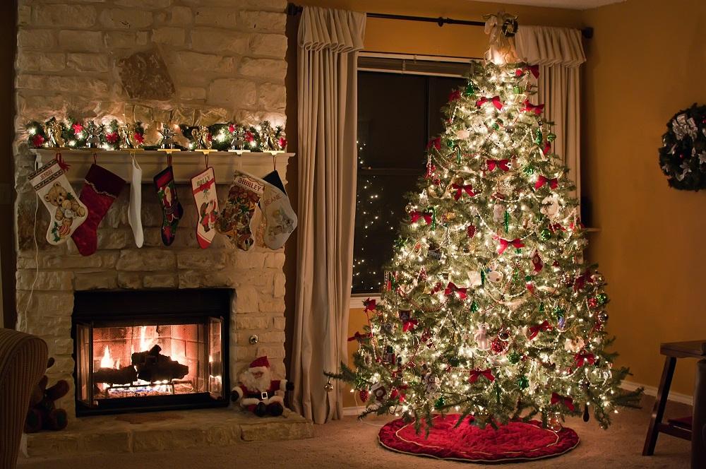 Ангел на макушке новогодней елки