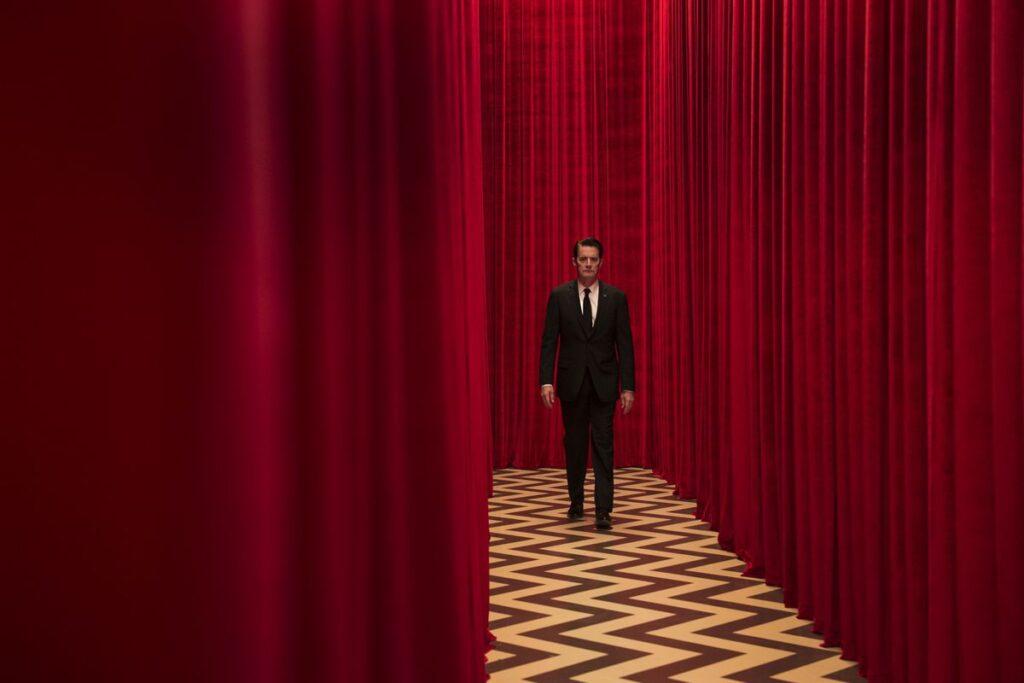 """Яркий образ сериала """"Твин Пикс"""" — красная комната"""