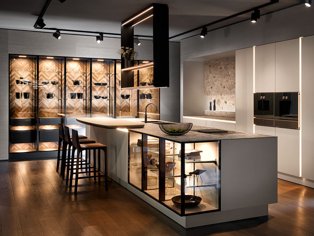 Открытые полки и освещение на кухне
