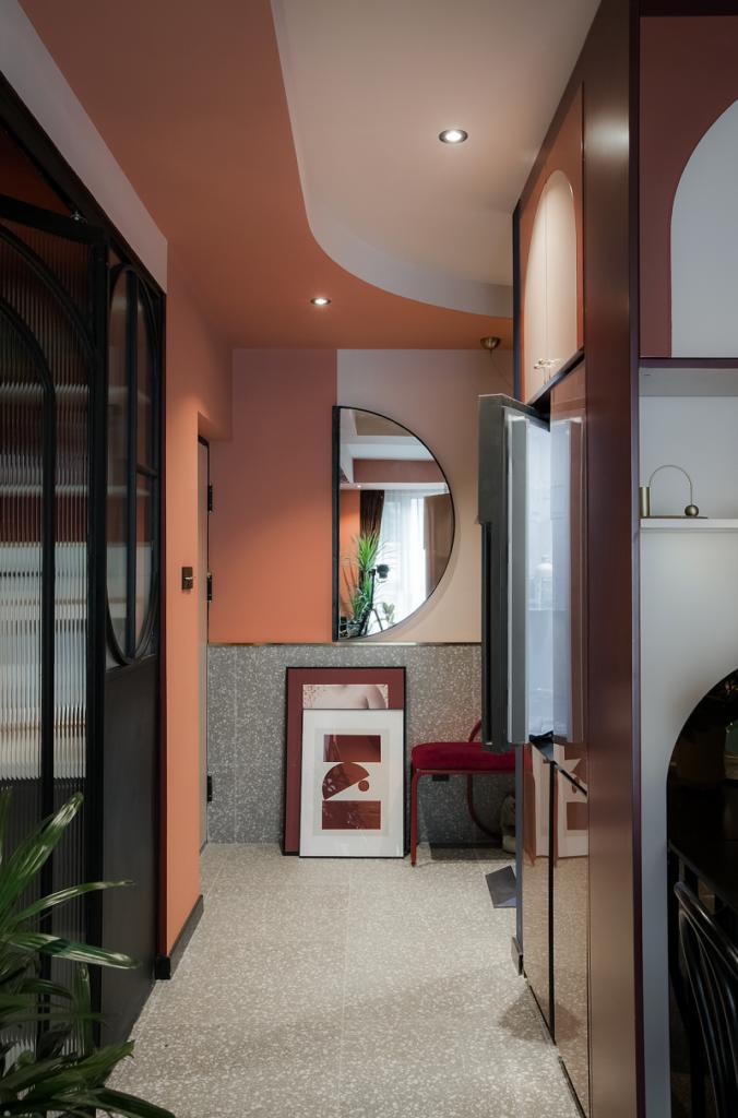 Серый бетонный пол и розовые стены