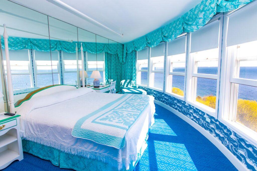 Круглая комната с видом на море