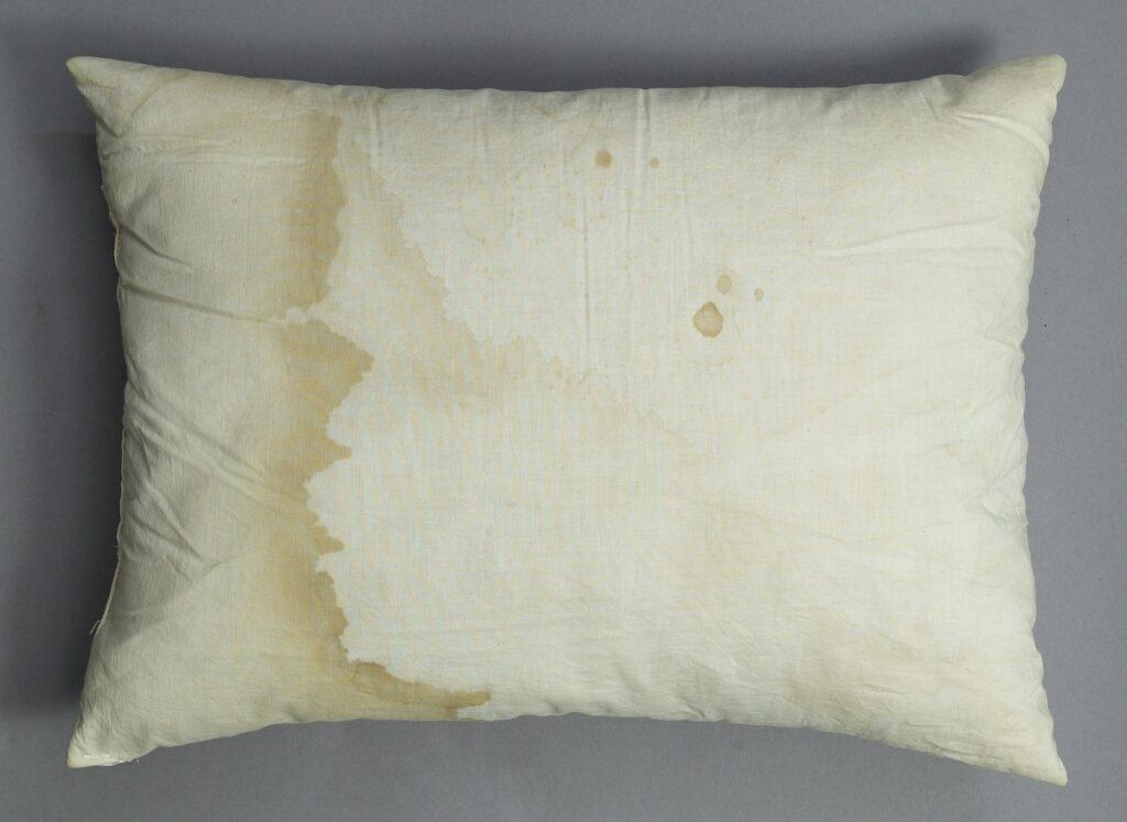 Почему на подушке появляются желтые пятна