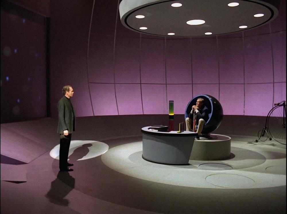 Круглая мебель в большой круглой комнате