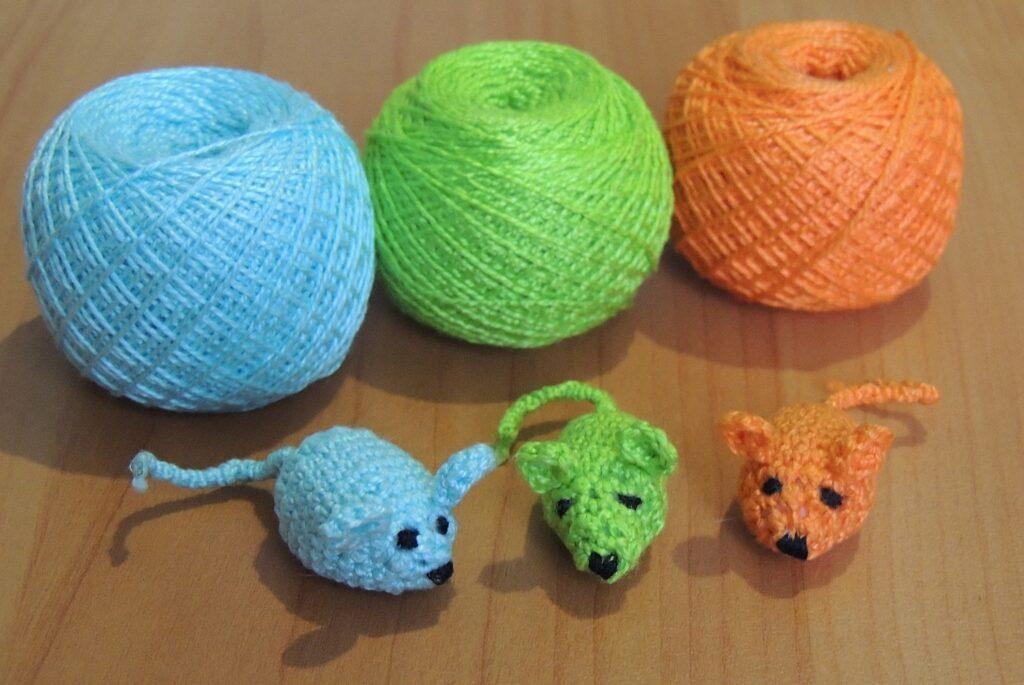 Вязаная игрушка мышка-амигуруми