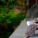 Дачный релакс: какое подвесное кресло выбрать