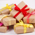 Простые идеи, как упаковать подарок с помощью атласной ленты