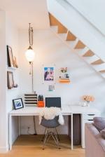 Как оборудовать уютный уголок под лестницей
