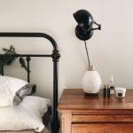 6 вещей, которые не стоит хранить возле кровати