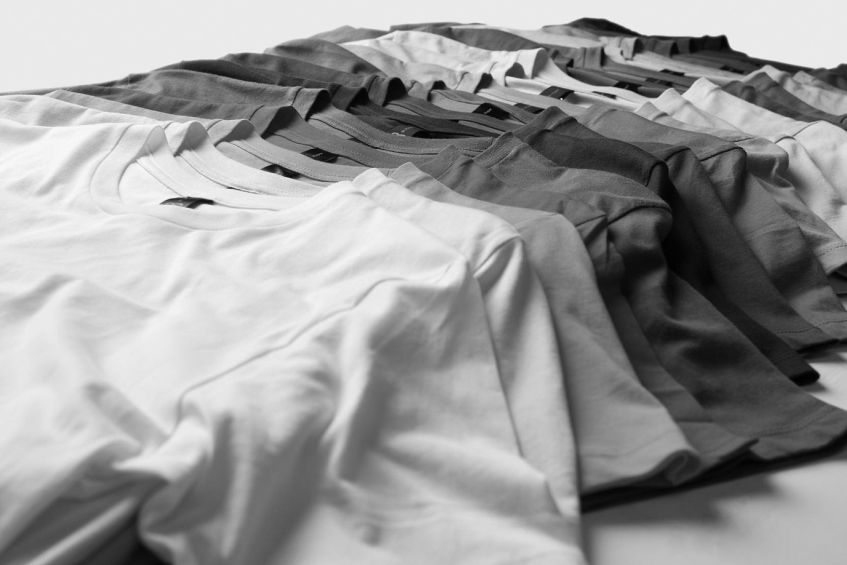 навести порядок в шкафу — сложить футболки за 2 минуты