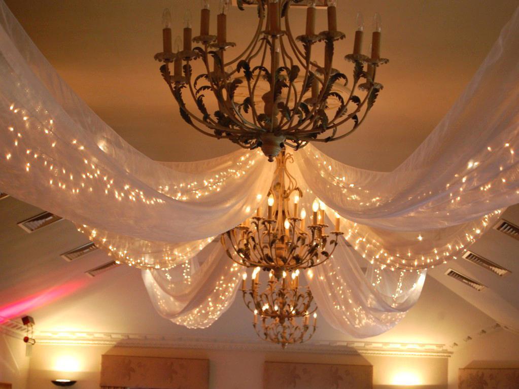 гирлянды под потолком как декор комнат