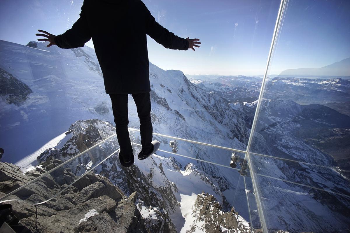 вид на Альпы со смотровой площадки на горе Эгюй-Дю-Миди