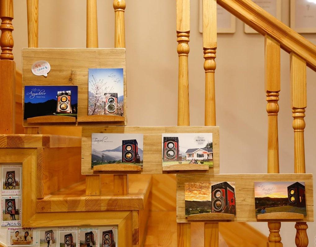 лестница в необычном кафе