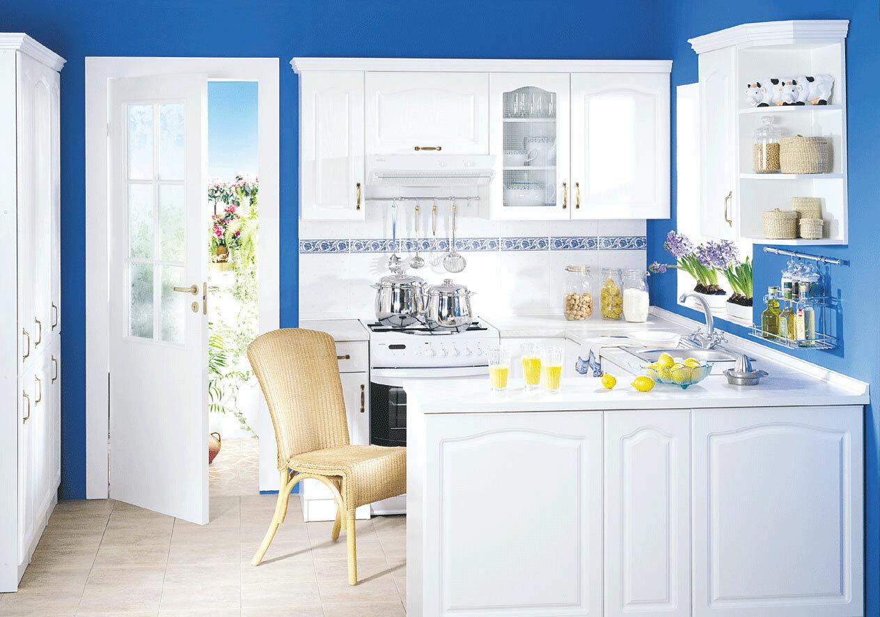 дизайн яркой кухни сине-белая кухня