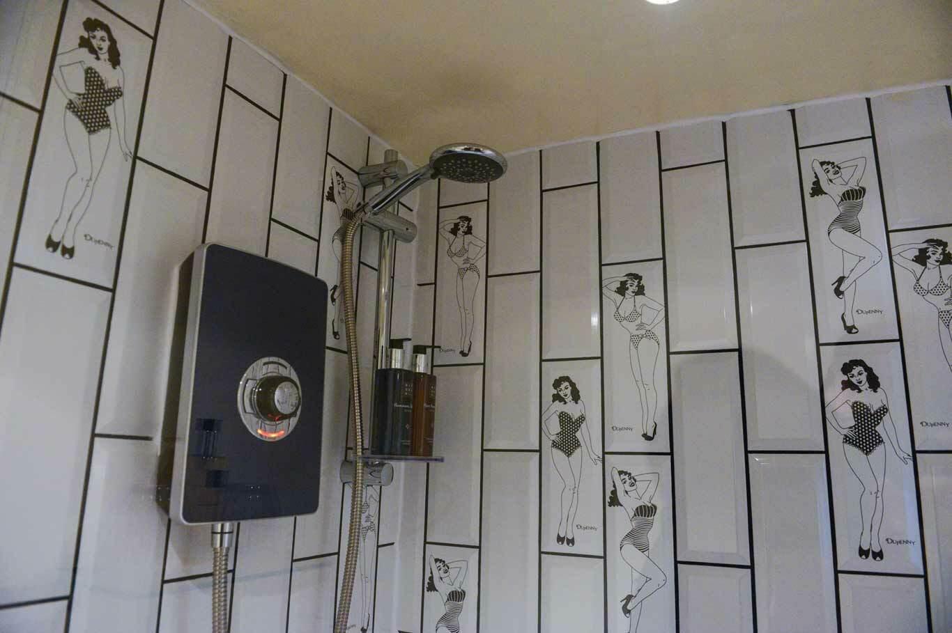 интерьер ванной комнаты, декор стен плиткой с рисунками в стиле пин-ап