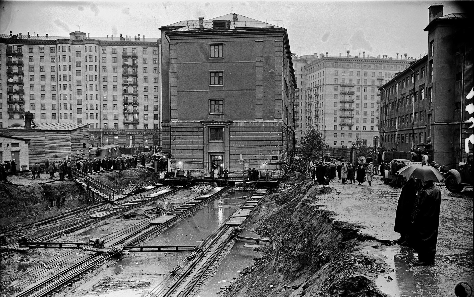 Реконструкция в Москве - дом на рельсах