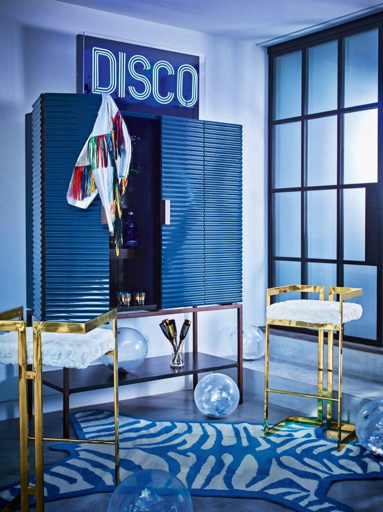неоновая вывеска в интерьере в стиле диско