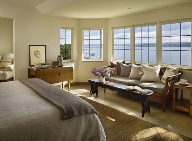 интерьер спальни с большими окнами