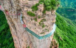 Мост из стекла над обрывом в 1400 метров