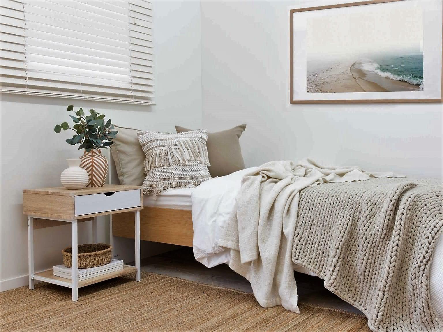 боковой стол в спальне