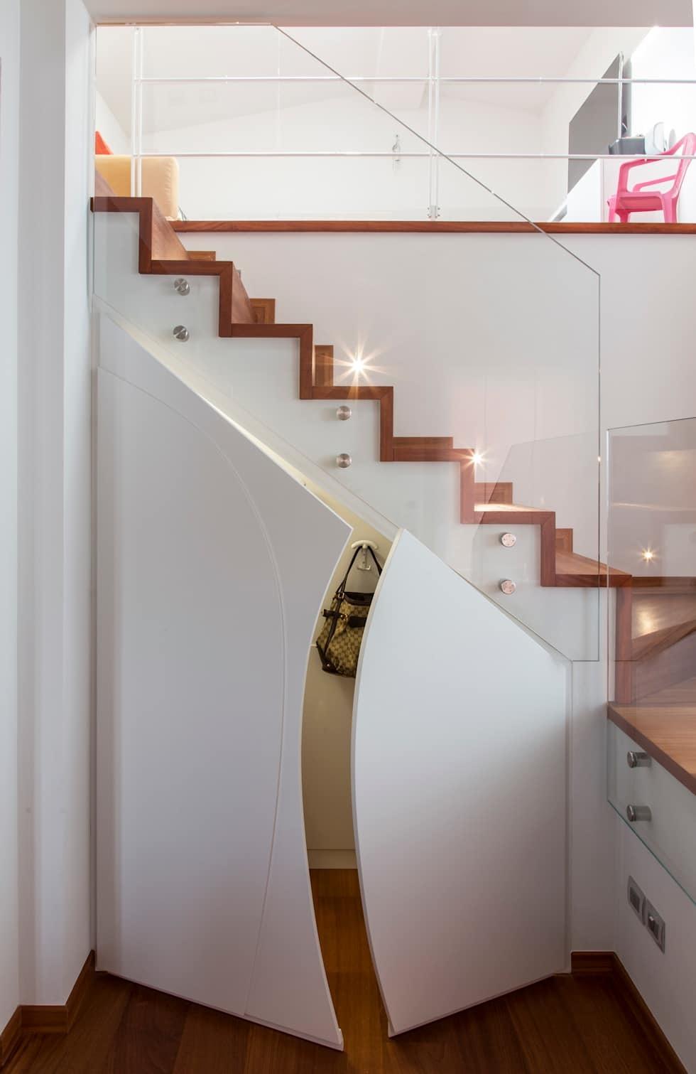 хранение под лестницей в маленькой прихожей