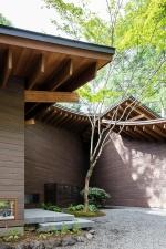 Стильная загородная вилла с необычной крышей недалеко от Токио