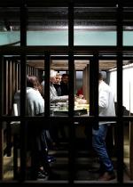 Безумный дизайнерский проект: бар под аквариумом